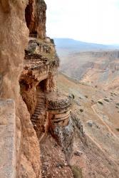 Mont Arbell (5 minutes de l'Oasis), fortifications dans la falaise